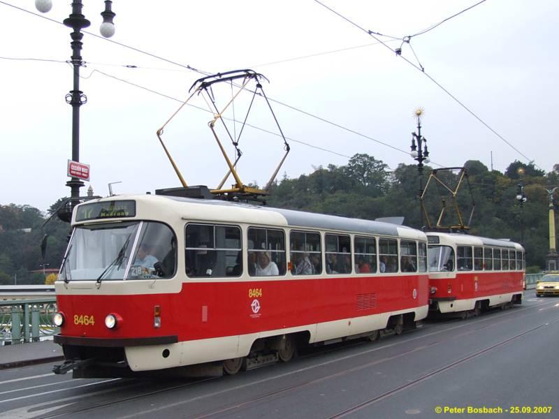 Tw 8464 mit Tw 8465 in der Gegenrichtung auf der Chechov Most. Car 8464  with 8465 on Chechov Most.